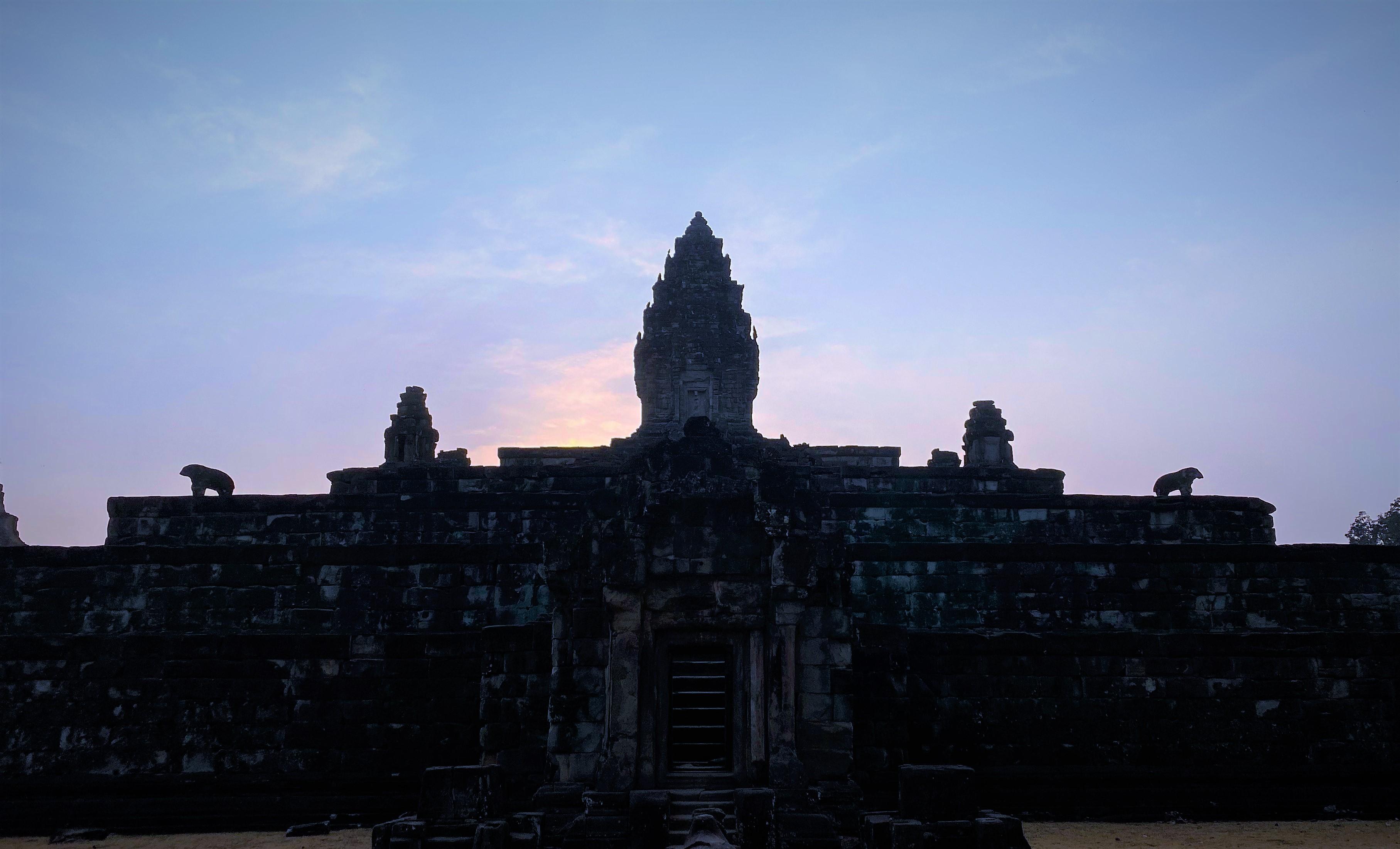 Prasat Bakong au lever du soleil